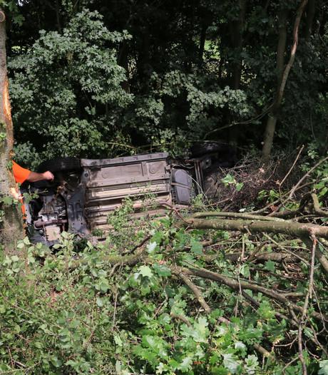 Auto vliegt uit de bocht en knalt tegen boom in Cuijk