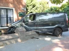 Bestelbus raakt van de weg in Zevenbergen en ramt bijna advocatenkantoor