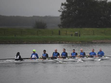 Roeiers roeien regenachtige Abeelenrace opnieuw van Veere naar Middelburg