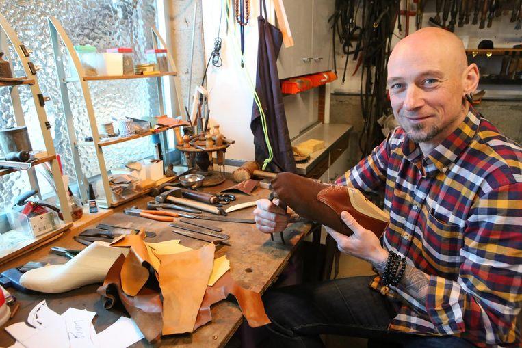 Schoenmaker Ronny Kinon in zijn atelier in de garage van zijn ouderlijk huis.