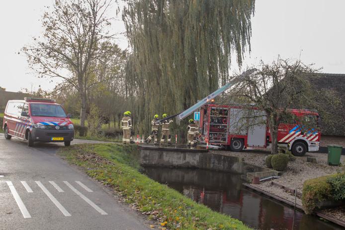 In een stal aan de Botersloot in Noordeloos is door nog onbekende oorzaak brand uitgebroken. De brandweer is bezig met blussen.