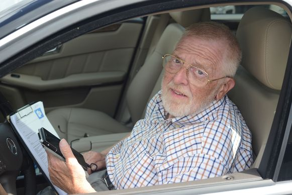 Guy Justens (71) uit Blanden heeft geen ontvangst meer via het netwerk van Proximus en moet daardoor met de auto een andere locatie zoeken  om bereikbaar te zijn. Hij pikt patiënten op om ze naar dokters of ziekenhuizen te brengen.
