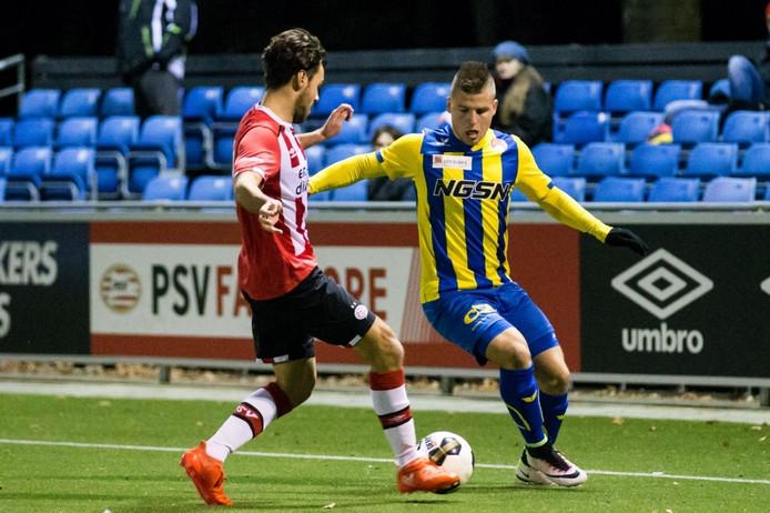 Boban Lazic (rechts) in duel met Jong PSV-speler Bram van Vlerken.