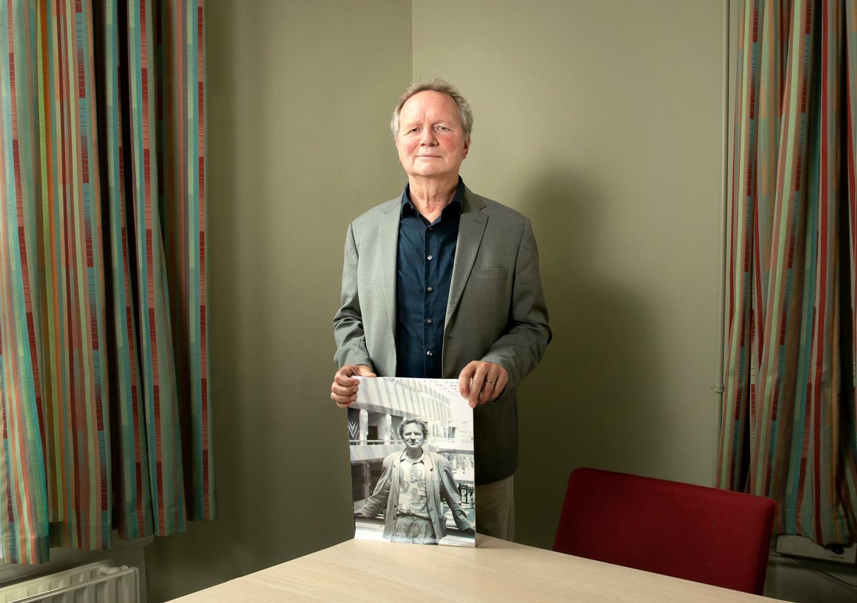Bram van Ojik (1954) met een foto van zichzelf toen hij net in de Tweede Kamer zat. 'Er is nu veel meer contact tussen oppositie en coalitiepartijen.'
