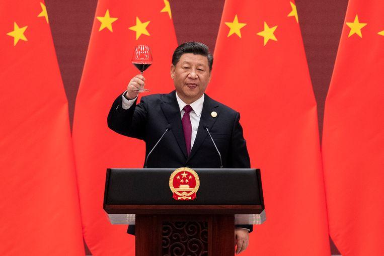 De Chinese president Xi Jinping brengt een toast uit bij de opening van een top over de Nieuwe Zijderoute. Beeld EPA