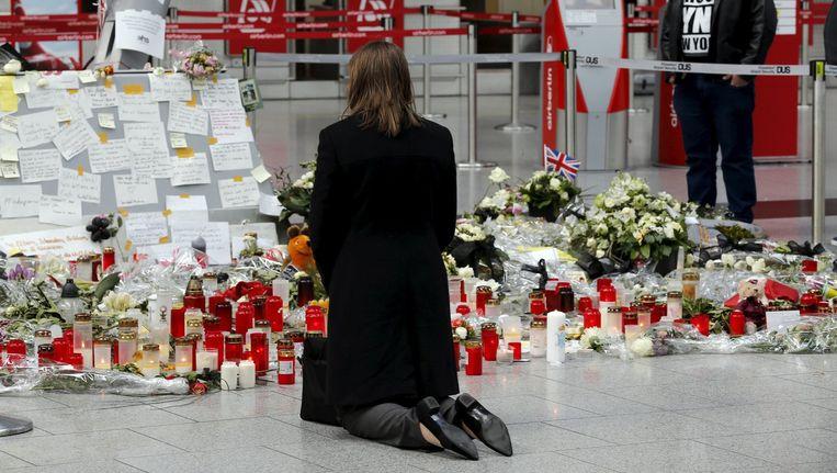 Bloemen en kaarsen bij de luchthaven van Düsseldorf Beeld null