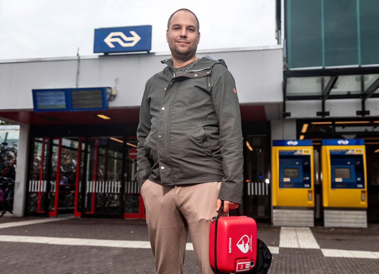 Arnoud Vermeer op station Weesp, die de komst van de AED's mede op de agenda kreeg. De 34-jarige Vermeer reanimeerde vorig jaar iemand op een station waar geen AED was.  Het slachtoffer overleefde de hartstilstand niet.
