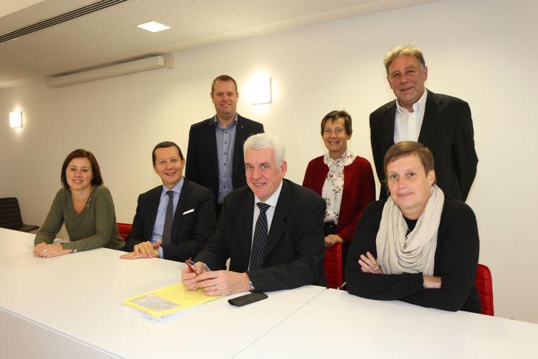 De nieuwe bestuursploeg met (vlnr) gemeenteraadsvoorzitter Gerda Van Geite, eerste schepen Tim Herzeel, Hans Cornand, burgemeester De Donder, Denise De Paepe, Herman Steppe en Greet Van Holsbeeck.