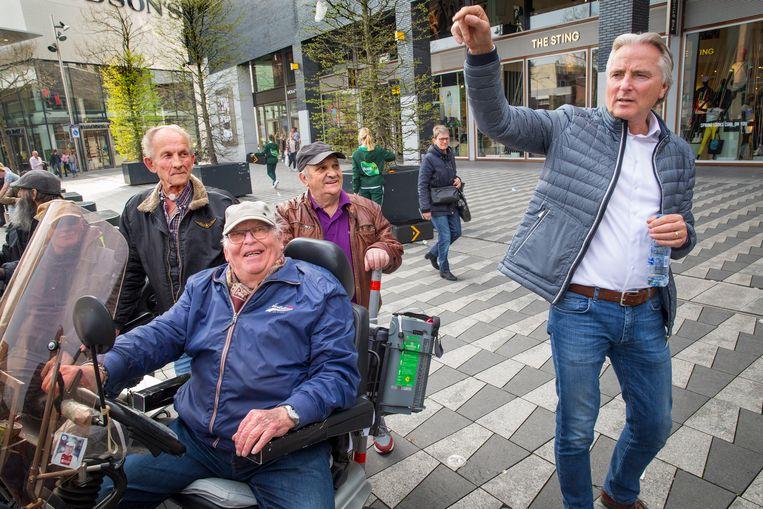 Op het Pieter Vreedeplein in Tilburg werd zaterdagmiddag door zo' n honderd mensen gedemonstreerd tegen het buitenspel zetten van Hans Smolders.  Beeld arie kievit