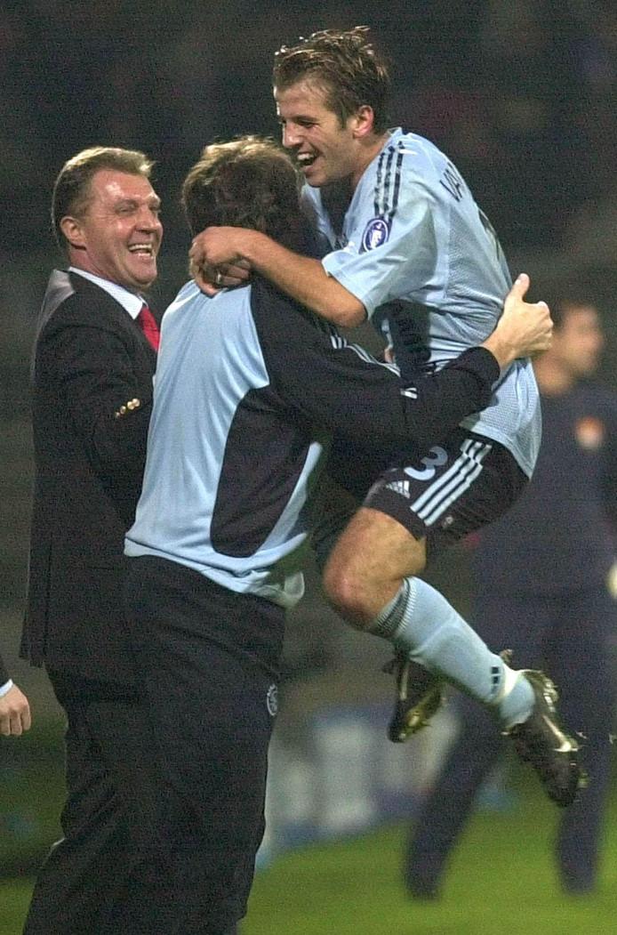 Rafael van der Vaart viert zijn treffer tegen Olympique Lyon in 2002.
