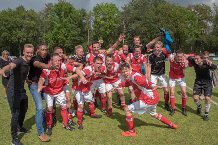 De spelers van Estria vieren de promotie naar de derde klasse.