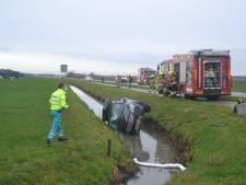 Auto in de sloot door botsing met vrachtwagen in Appeltern: twee gewonden