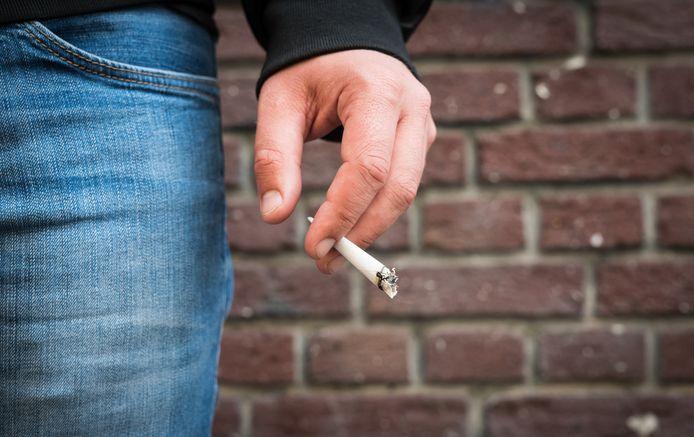 Een peukje opsteken: ook bij bushaltes in Tubbergen mag het binnenkort niet meer.