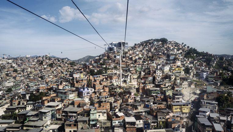 Het uitgestrekte Complexo do Alemão, vijftien sloppenwijken of favela's aan de noordkant van Rio de Janeiro. De kabelbaan staat vaak stil wegens rondvliegende kogels. Beeld null