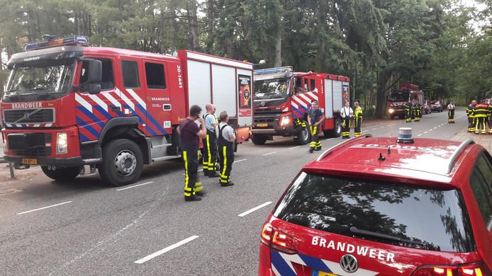 Heidebrand nabij Mastendreef in Bergen op Zoom. Brandweerwagens Huijbergen, Halsteren en Wouw verzamelen ter hoogte van het crematorium. Overleg gaande tussen brandweer en politie.