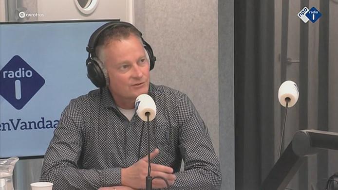 Autoredacteur Niek Schenk in de studio van Radio 1