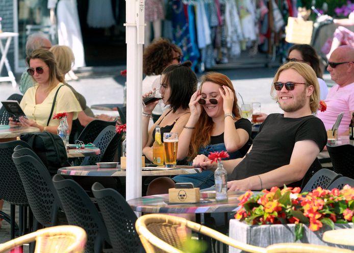 Terras op de Grote Markt in Bergen op Zoom. Vanaf 1 juni moet er 1,5 meter tussen de tafels zitten.