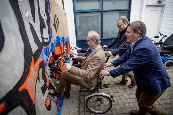 OLDENZAAL - Openingshandeling door oa voorzitter Wim Gaalman en wethouder Rob Christenhusz. Vereniging armoedepreventie Oldenzaal met zestien verenigingen onder een dak.