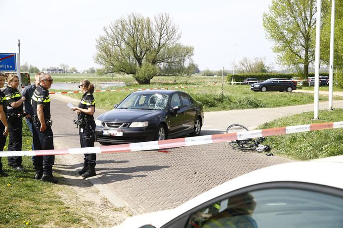 De fietser klapte tegen de auto aan.