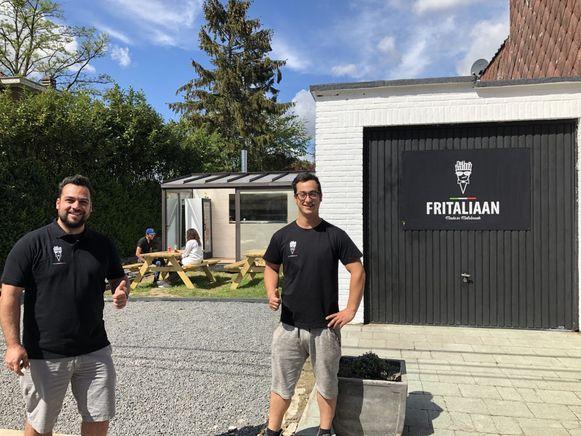 Renato (links) en Angelo openden in april hun frituur, maar mogen ondertussen al een week geen frieten meer bakken na een klacht van een buur.