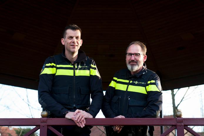 Wijkagenten Nick Karel, Olst (links) en René van der Vegte.
