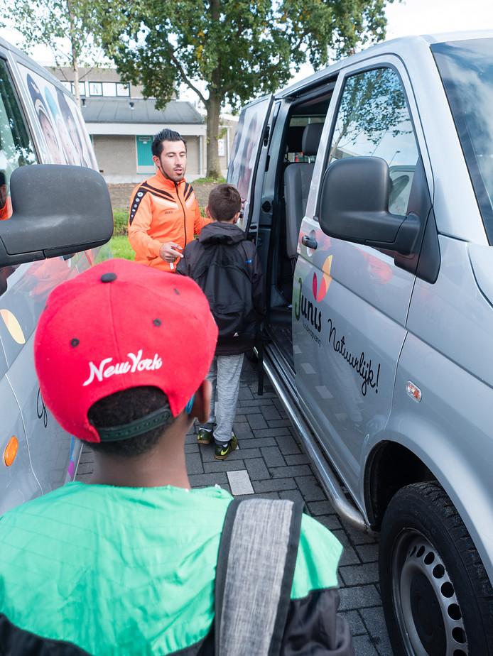 Junis Kinderopvang maakt weer gebruik van taxibusjes om de kinderen van en naar school en opvanglocaties te brengen.
