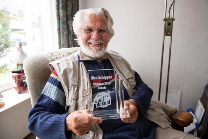 Nico Schipper (80) poseert met zijn prijs