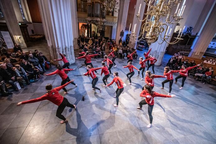 Afsluiting van de Nijmeegse Winterweken in de Stevenskerk met een performance van jazz en klassieke dans door ID Dance.