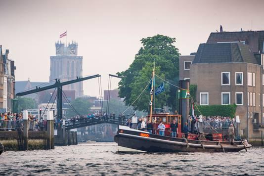 Dordtser in Stoom kan het niet, daar bij de Damiatebrug en de Grote Kerk.