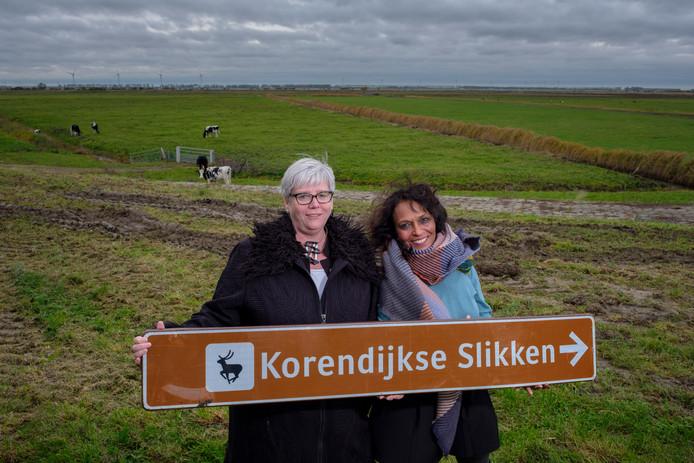 Marga van Hulst (links) en Loes van Wetten in de Korendijkse Slikken.