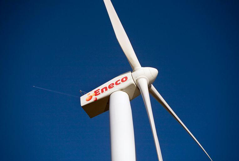 Een vliegtuig boven een windmolen van Eneco.  Beeld ANP