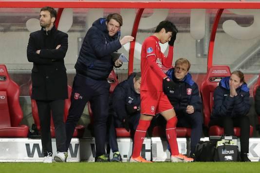 Nakamura is zichtbaar aangedaan na zijn wissel in de eerste helft van de wedstrijd.
