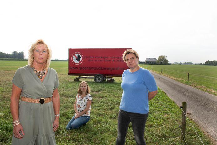Protest tegen zonnepanelen. Op de foto: Petra van Echtelt (hurken), Jorika van Eck (blauw) en Dora Jongerius.