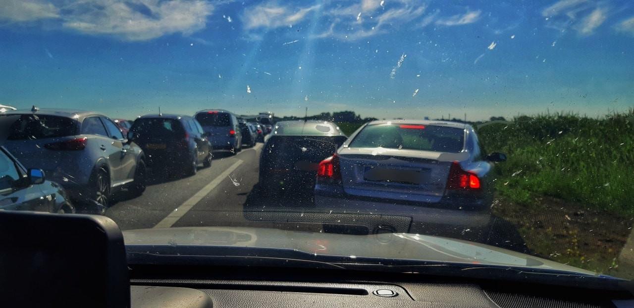 De hulpdiensten op weg naar een ongeval op de snelweg bij Waspik konden er maar moeilijk langs.