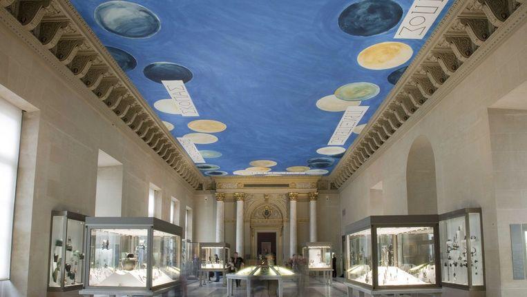 Plafond in het Louvre in Parijs beschilderd door Twombly getiteld 'The Ceiling'. Beeld epa