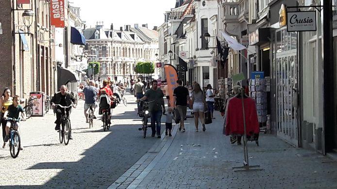 In de Zuivelstraat in Bergen op Zoom is het tegen enen aardig druk.