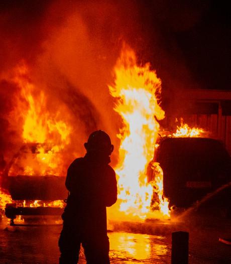 Auto vliegt in brand tijdens het krabben: twee auto's verwoest in Doesburg