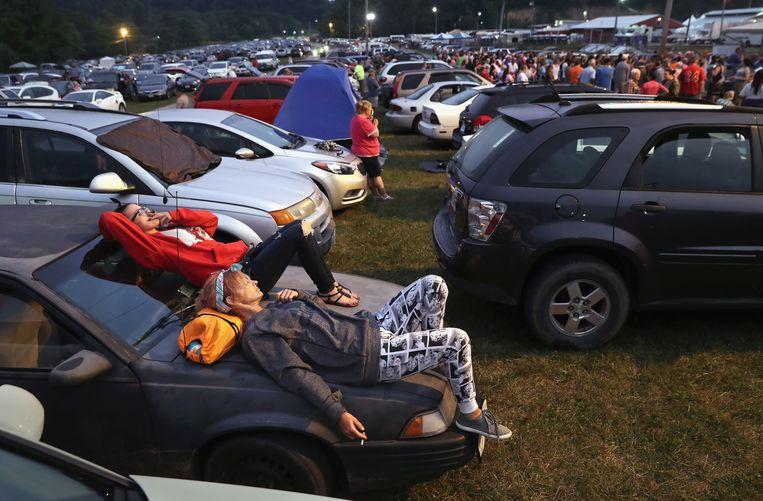 Velen arriveren al een dag van tevoren bij de Remote Area Movile-kliniek, en slapen op het terrein in hun auto, in afwachting van een behandeling. Beeld Getty Images