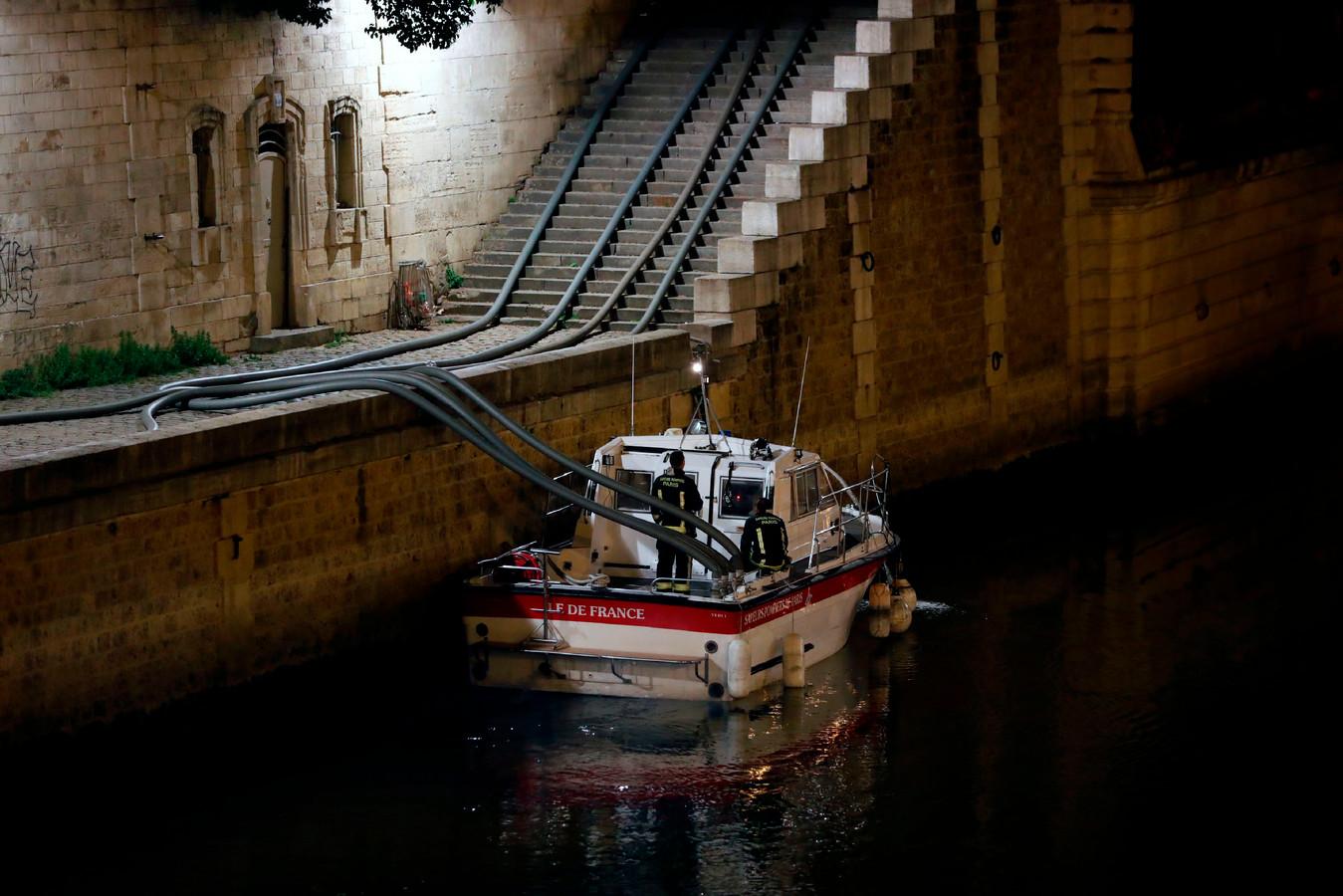 De rivier de Seine, die dwars door Frankrijk slingert, levert zijn bijdrage aan het bestrijden van het vuur. De rivier is een icoon van de stad, de Notre-Dame van heel Frankrijk.