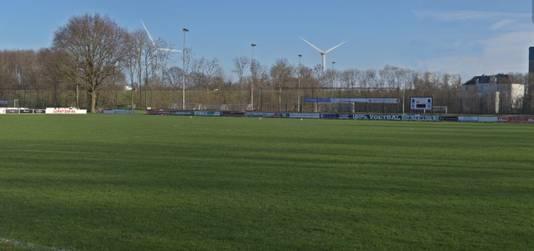 Een impressie van de windmolens te zien vanaf het sportpark in Weurt/