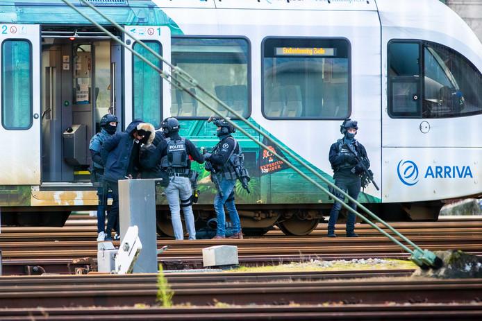 2019-01-06 14:52:11 ZWOLLE - Zwaarbewapende politiemensen in kogelwerende vesten halen twee mannen uit een trein op station Zwolle. Dit gebeurde na een melding van een passagier van een trein van Emmen naar Zwolle. ANP STFAN VERKERK