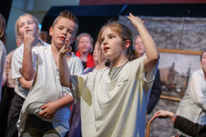 Het kleine dorp Moerdijk kent een groot verenigingsleven. Dat vinden inwoners er bijzonder aan.Op de foto kinderen van de Moerdijkse jeugdtoneelgroep tijdens een repetitie in gemeenschapshuis de Ankerkuil.