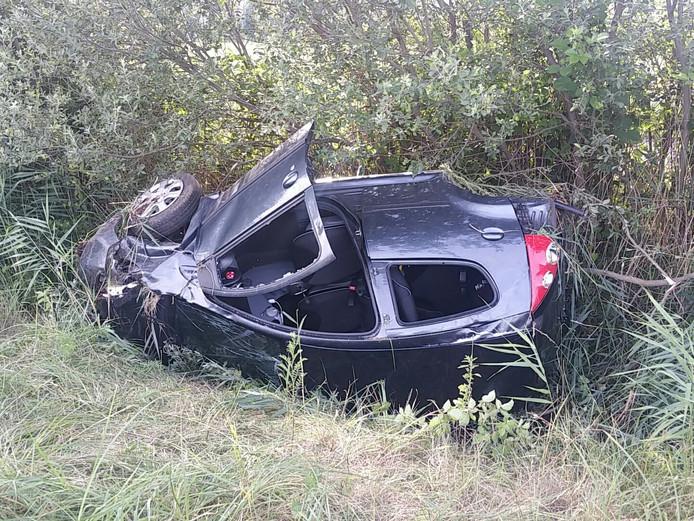 De auto belandde in de berm.