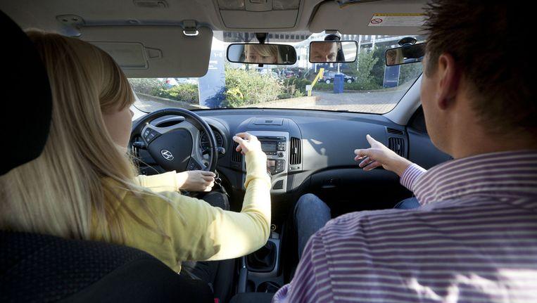 Op het ministerie van Infrastructuur en Milieu volgen 20 jongeren hun eerste 2toDrive-rijles. Vanaf 1 november kunnen jongeren vanaf hun 17e verjaardag praktijkexamen voor hun rijbewijs afleggen. Beeld anp