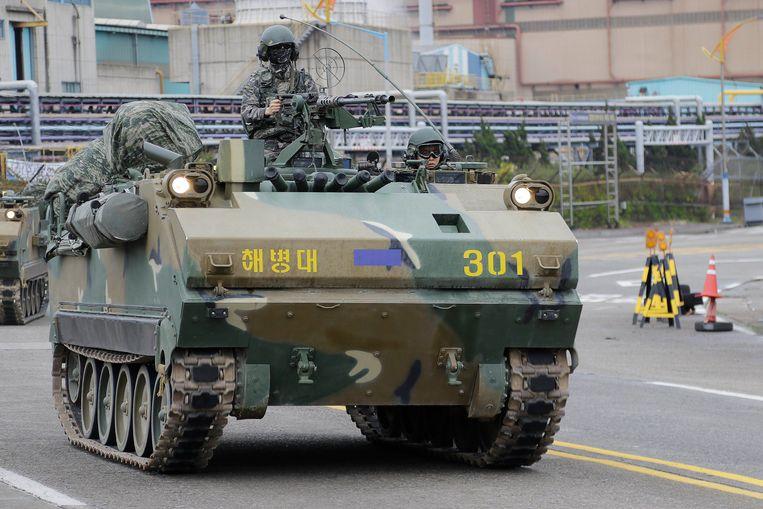 Een tank rijdt door Pohang in Zuid-Korea tijdens de jaarlijkse militaire oefening van het leger van Zuid-Korea en dat van de VS