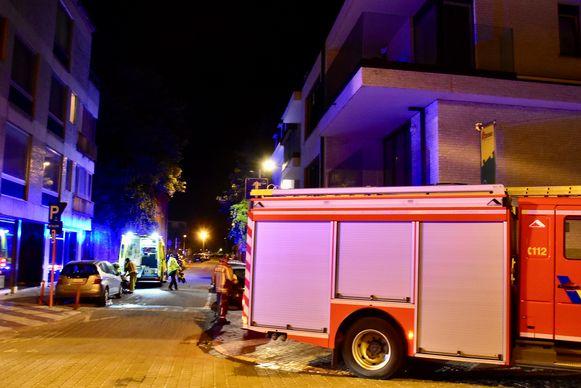 De bewoonster van de flat (links) waar het brandje ontstond, werd preventief naar het ziekenhuis overgebracht.