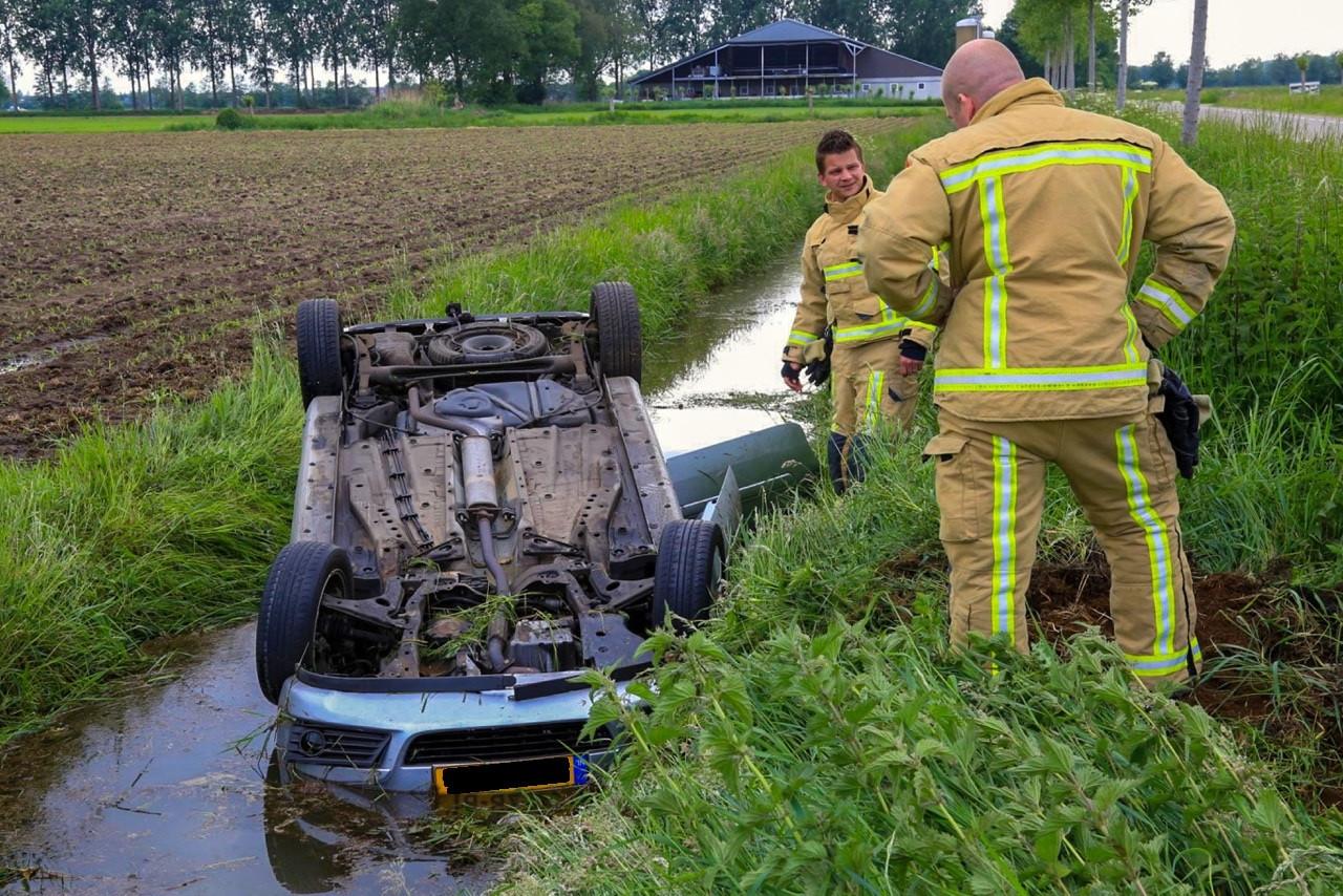 Auto op zijn kop in sloot bij Beek en Donk.