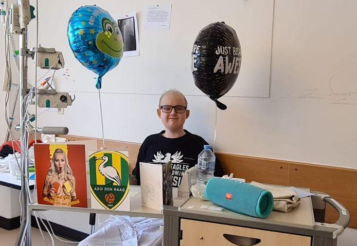 Chris Scholten in zijn ziekenhuisbed in Utrecht tussen de kaarten en cadeaus uit Deventer en Den Haag.