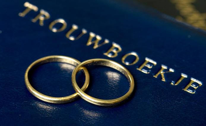 Foto ter illustratie: trouwringen met trouwboekje.