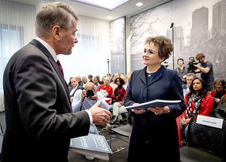 Piet Hein Donner overhandigde donderdag het eindrapport van de adviescommissie aan staatssecretaris Alexandra van Huffelen (Financiën).  Beeld ANP
